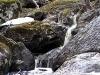 Местами водный поток разбивается на несколько рукавов