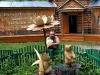 Деревянные фигурки у музея Пчелиный лес