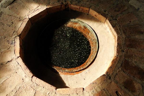 В винном погребе винодельни более ста огромных кувшинов (квеври) в каждом около 4-ч тонн  восхитительного вина.