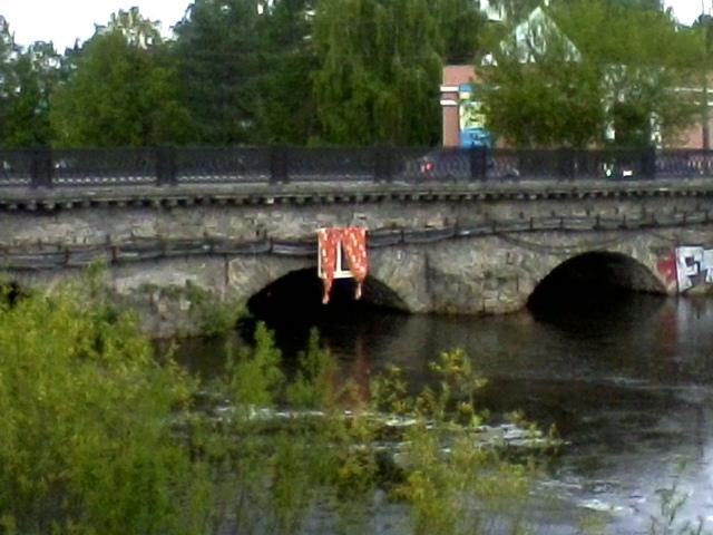 окно под мостом