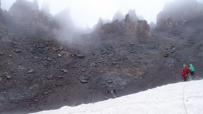 Вид на кулуар спуска с ледника