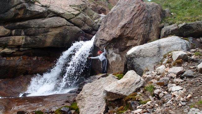 При спуске вдоль левого берега выходим к водопаду. от него по травяному склону