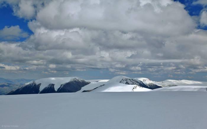 Вид с вершины Цаст-Уул на остальные вершины массива Цаамбаграв