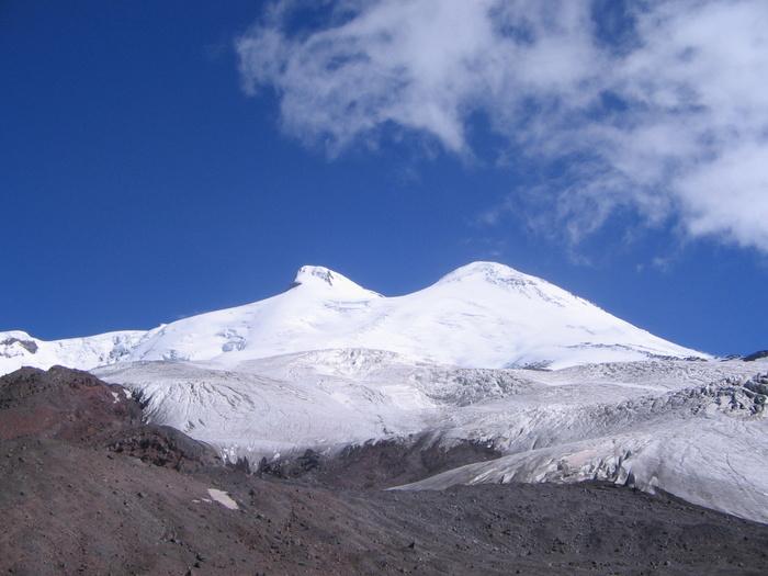 Тропа проходит рядом с ледосбросом, г.Эльбрус