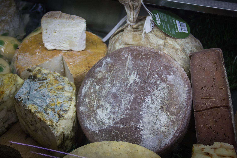 Ассорти грузинских сыров, сыр с какао